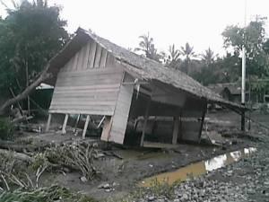 Rumah Penduduk yang ambruk diterjang Banjir